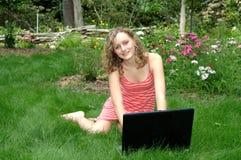 Giorno di estate pigro sul computer portatile fotografie stock libere da diritti