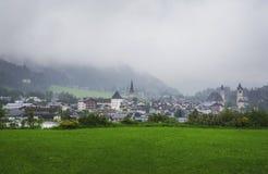Giorno di estate piovoso a Kitzbuhel, l'Austria Fotografia Stock