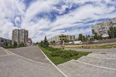Giorno di estate soleggiato sulle vie della città Immagini Stock