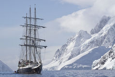 Giorno di estate turistico di navigazione della nave su un fondo del picco di montagna Fotografia Stock