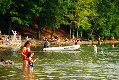 Giorno di estate a Walden Pond, Massachusetts immagini stock libere da diritti