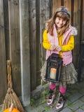 Giorno di Halloween Bambina felice con la lanterna in sue mani immagine stock