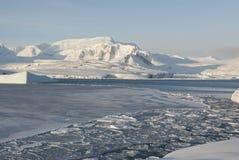 Giorno di inverno antartico del litorale. Fotografia Stock