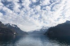Giorno di inverno freddo su un lago della montagna Immagini Stock