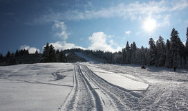 Giorno di inverno pieno di sole in montagne Fotografia Stock