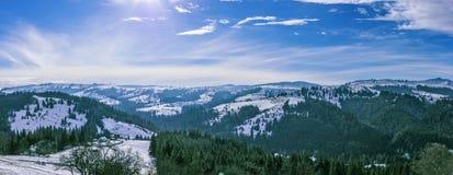 Giorno di inverno soleggiato nelle montagne carpatiche Fotografia Stock Libera da Diritti