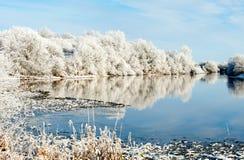 Giorno di inverno soleggiato sul fiume Fotografie Stock