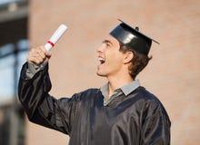 Giorno di laurea di Holding Diploma On dello studente dentro Fotografia Stock