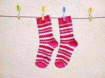 Giorno di lavaggio, calzini che si asciugano su una corda Fotografia Stock Libera da Diritti