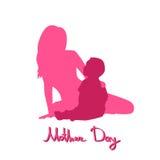 Giorno di madre felice, donna Sit Embracing Child della siluetta Fotografie Stock