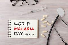 Giorno di malaria del mondo scritto sul concetto del taccuino immagini stock libere da diritti