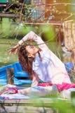 Giorno di molla all'aperto di yoga di pratica della giovane donna dal lago fotografia stock