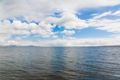 Giorno di molla di Sevan del lago Immagine Stock