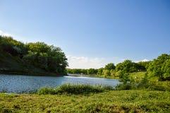 Giorno di molla soleggiato sul fiume Fotografie Stock Libere da Diritti