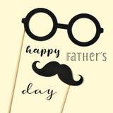 Giorno di padri felice degli occhiali, dei baffi e del testo immagini stock
