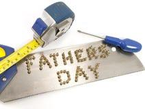 Giorno di padri scritto in chiodi su una sega Fotografia Stock Libera da Diritti