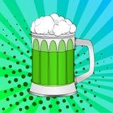 Giorno di Patricks del san di Pop art, birra verde in una tazza di vetro Priorità bassa di colore Imitazione di stile del libro d immagine stock libera da diritti