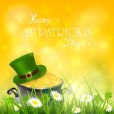 Giorno di Patricks e cappello verde con oro del leprechaun in erba su y Immagine Stock Libera da Diritti