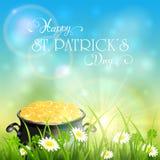 Giorno di Patricks ed oro del leprechaun in erba sul fondo del cielo Fotografia Stock