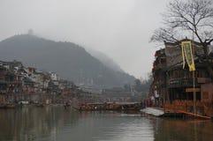 Giorno di primavera dal fiume della città antica di Fenghuang Fotografia Stock Libera da Diritti