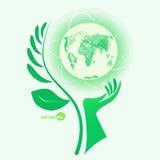 Giorno di protezione dell'ambiente, aiuto per la natura Il globo a disposizione con il mondo del ramoscello, protegge il mondo Pi Fotografia Stock