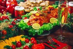 Giorno di ringraziamento Tempo di cena della tavola di Natale con le carni arrostite decorate nello stile di Natale Il concetto d Fotografia Stock Libera da Diritti