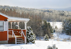 Giorno di Snowy del cottage di inverno in montagne Immagini Stock Libere da Diritti