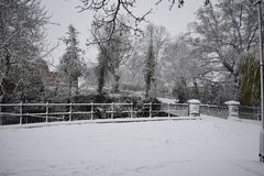Giorno di Snowy nella stazione termale Regno Unito, vista di Leamington di piccolo ponte sopra Leam River, giardini della sala po Fotografia Stock