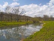 Giorno di sorgente sulla banca del lago Fotografia Stock Libera da Diritti