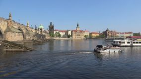 Giorno di Sunny April al ponte di Charles Praga, repubblica Ceca video d archivio
