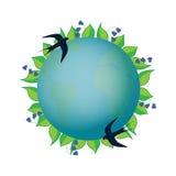 Giorno di terra Pianeta in una corona con le foglie e le campane blu Una coppia i sorsi sorvola la terra Immagini Stock