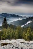 Giorno di un inverno, sulle colline selvagge della Transilvania romania Fotografie Stock