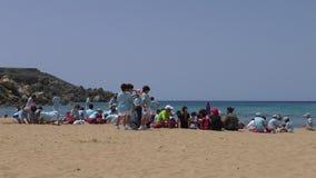 Giorno di vacanza degli scolari sulla spiaggia archivi video