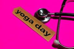 Giorno di yoga sulla carta della stampa con il concetto di assistenza sanitaria statale fotografia stock