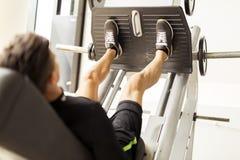 Giorno e allenamento della gamba in una palestra Immagini Stock Libere da Diritti