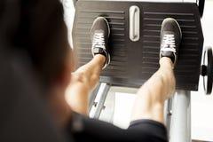Giorno e allenamento della gamba in una palestra Fotografia Stock