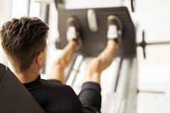 Giorno e allenamento della gamba in una palestra Immagini Stock