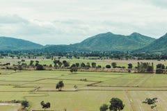 Giorno e nuvola di estate del campo di agricoltura piovosi fotografie stock
