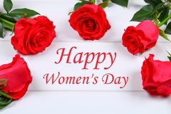 Giorno felice del ` s della donna 8 marzo Rose su una tavola di legno bianca Immagini Stock Libere da Diritti