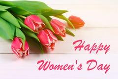 Giorno felice del ` s della donna 8 marzo Tulipani su una tavola di legno bianca Fotografie Stock