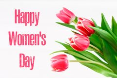 Giorno felice del ` s della donna 8 marzo Tulipani su una tavola di legno bianca Fotografia Stock