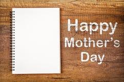 Giorno felice del ` s della madre con lo sketchbook aperto dello spazio in bianco Immagine Stock