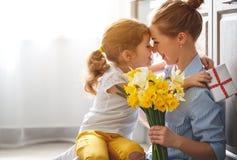 Giorno felice del ` s della madre! la figlia del bambino dà a madre un mazzo della f immagine stock libera da diritti