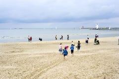 Giorno freddo sulla spiaggia baltica in Swinoujscie Fotografie Stock Libere da Diritti