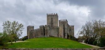 Giorno grigio accanto al castello di Guimaraes fotografie stock libere da diritti