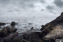 Giorno grigio sull'acqua fotografia stock