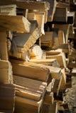 Giorno impilato e soleggiato della legna da ardere immagini stock