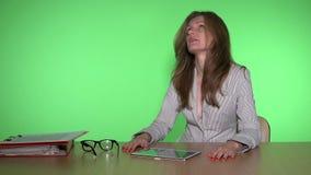 Giorno infruttuoso di esperienza della donna di affari nel mercato finanziario video d archivio