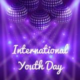 Giorno internazionale della gioventù 12 palle di August Mirror per i partiti con i raggi, fondo porpora della sfuocatura Fotografie Stock Libere da Diritti