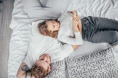 Giorno libero di spesa della famiglia sul letto nella stanza leggera immagini stock libere da diritti